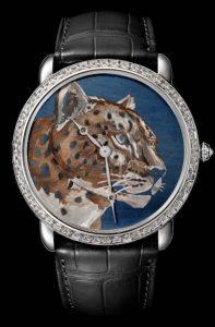 Montres de réplication Cartier délicates sont gravés avec des motifs vifs.
