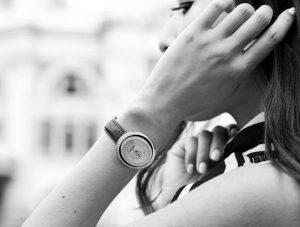 Suisses fausses montres sont lisses et élégantes avec des bracelets en cuir.